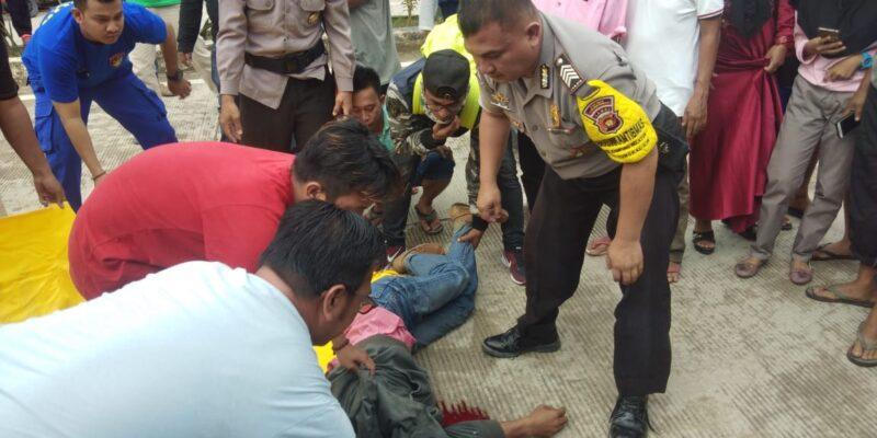 FOTO : Korban Lakalantas Jalan Jalur Dua Prof Sri Sudewi Dievakusi oleh Petugas dan Warga, Minggu (15/12/19)