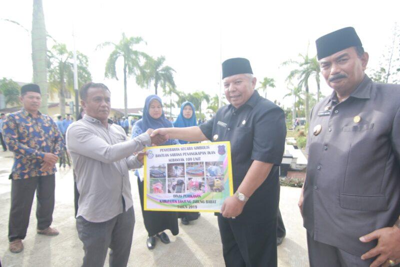 FOTO : Bupati Tanjung Jabung Barat, Dr. H. Safrial MS didampingi Wakil Bupati H. Amir Sakib serahkan secara simbolis bantuan bagi nelayan, Kamis (19/12/19)