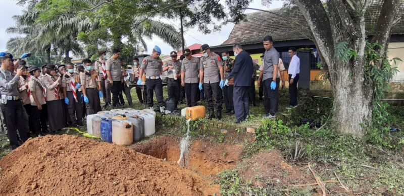 FOTO : Pemusnahan Puluhan minuman keras (miras) dari berbagai merek Dipimpin Waka Polres Tanjab Timur Kompol Abilio Dos Santos, S.IK, Kamis (19/12/19)