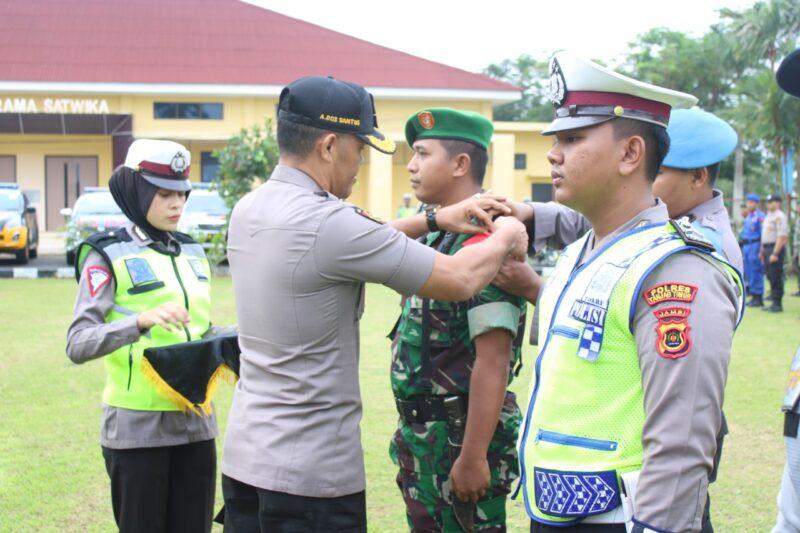 FOTO : Wakapolres Tanjab Timur Kompol Abilio Dos Santos, S.I.K Memimpin Apel Gelar Pasukan Operasi Lilin 2019, Kamis (19/12/19)