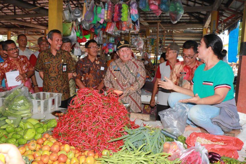 FOTO : Bupati H. Safrial Saat Berdialog dengan Pedagang Pasar Baru Parit 1 Kuala Tungkal, Jumat (20/12/19)