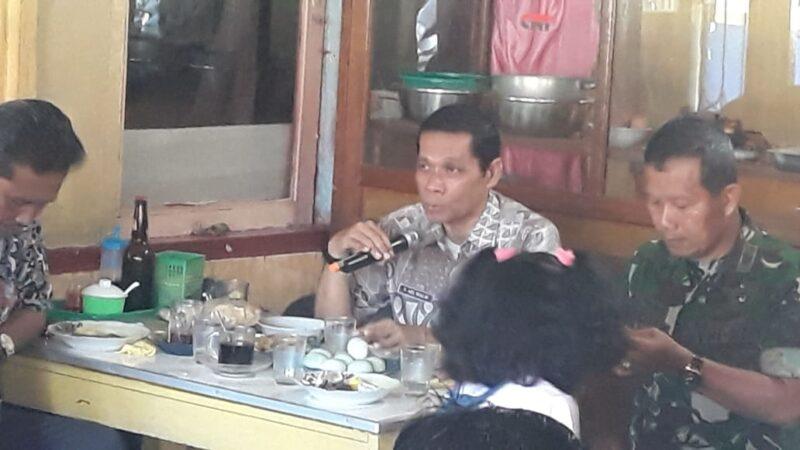 FOTO : Drs. Raden Azis Muslim Kaban Kesbangpol Tanjabbar Saat Sambutan Coffe Morning di Warkop Lek Jamil Kuala Tungkal, Jumat (20/12/19)