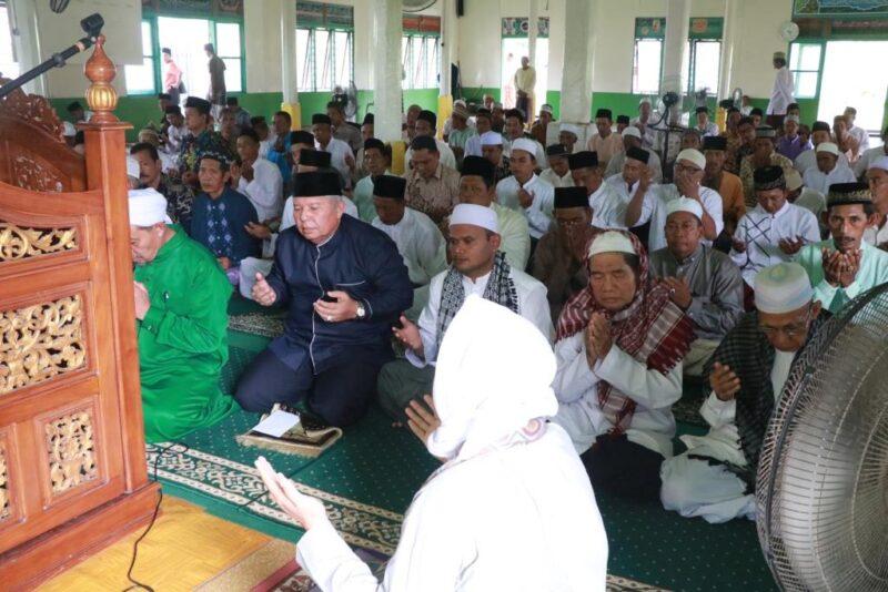 FOTO : Bupati Safrial saat Safari Jumat di masjid Nurul Falah, Pangkal Duri, Tanjab Timur, Jumat (20/12/19)