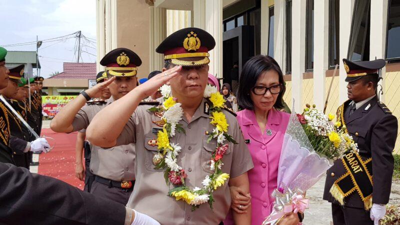 FOTO : Pelepas Kapolres Tanjab Barat lama AKBP ADG Sinaga, SIK dan istri, Sabtu (21/12/19)