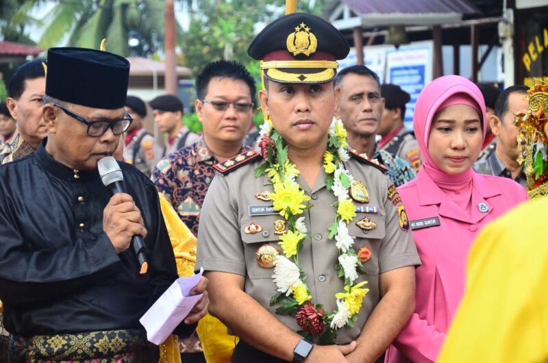 FOTO : Kapolres Tanjung Jabung Barat yang baru AKBP Guntur Saputro, SIK, MH dan istri Disambut dengan Kalung Bunga di halaman Mapolres Tanjab Barat, Sabtu (21/12/19)
