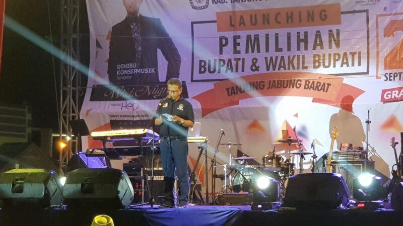FOTO Ketua KPU Tanjab Barat Hairuddin, S.Sos Saat Menyampaikan Sambutan Lounching Pilkada Tanjab Barat 2020, Sabtu (21/12/19) Malam.