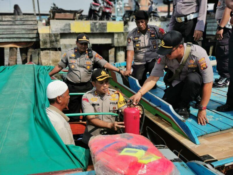 FOTO : Kapolres Tanjung Jabung Barat AKBP Guntur Saputro, SIK, MH Saat Mengecek Alat Pemadam Api (Apar) di Salah Sati Speed Boad, Senin (23/12/19)