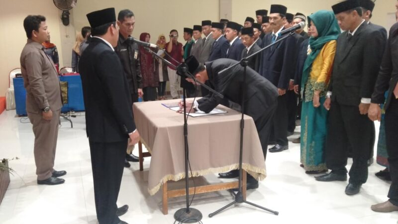 FOTO : Ketua Bawaslu Kabupaten Tanjung Jabung Barat Hadi Siswa, S.Pd.I Saat Melantik 39 Anggota Panwascam di Hotel Rivoli Kuala Tungkal, Selasa (24/12/19)