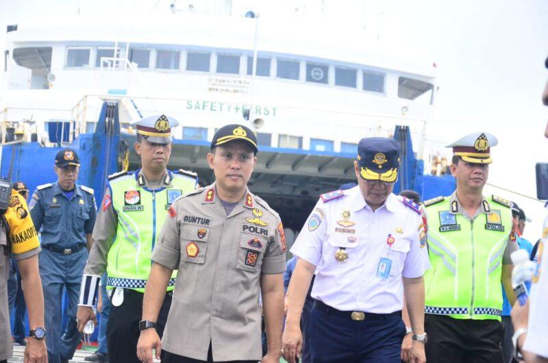FOTO : Kapolres Tanjab Barat AKBP Guntur Saputro, SIK, MH bersama Kabid Darat Dishub Provinsi Jambi saat Tinjau Pelabuhan Kuala Tungkal, Selasa (24/22/29)