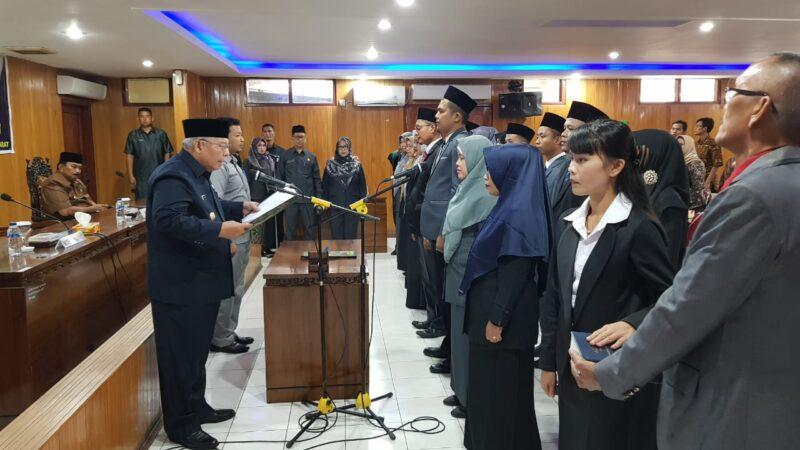 FOTO : Bupati Tanjab Barat Saat Mengambil Kata Pelantikan 18 ASN Jabatan Fungsional, Kamis (26/12/19)