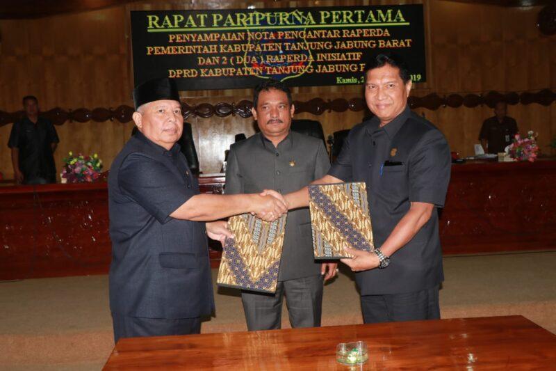 FOTO : Tanjung Jabung Barat, Dr. Safrial Menandatangani Nota Pembahasan Rancangan Perda tentang Perubahan PD BPR pada Rapat Paripurna DPRD, Kamis (26/12/19).