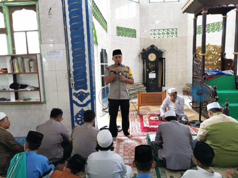 FOTO : Kapolres Tanjab Barat AKBP Guntur Saputro, SIK, MH, Saat Menyampaikan Sambutan di Masjid Ponpes Al-Baqiatush Shalihat, Kamis (26/12/19)