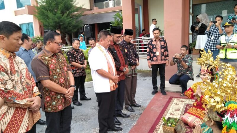 FOTO : Upacara Penyambutan Kepala Kejaksaan Tinggi Jambi yang baru, Judhy Sutoto, SH di Bandara Sultan Thaha Jambi, Minggu (29/12/19)