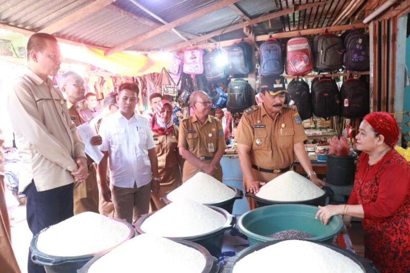 FOTO : Wabup Tanjab Barat Drs. H. Amir Sakib Sidak Sembako di pasar tradisional Tanggo Rajo Kota Kuala Tungkal, Senin (30/12/19)