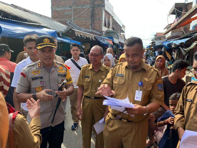 FOTO : Wakil Bupati H. Amir Sakib dan Kapolres Tanjab Barat AKBP Guntur Saputro, SIK, MH bersama rombongan saat sidak di Toko H. Milus Kuala Tungkal, Senin (30/12/19)