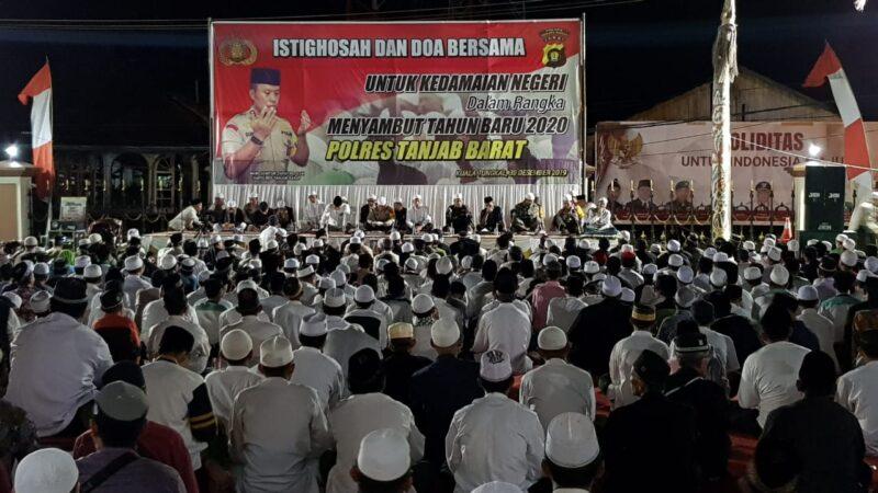 FOTO : Acara Istighosah dan Doa Bersama Untuk Kedamaian Negeri di Mapolres Tanjab Barat Senin malam (30/12/19)