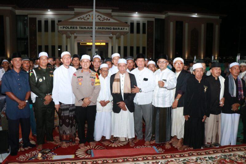 FOTO : Ketua DPRD Mulyani Siregar (tengah) pcara Istighosah dan Doa Bersama Untuk Kedamaian Negeri di Mapolres Tanjab Barat Senin malam (30/12/19)