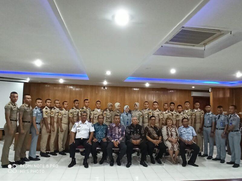 FOTO : Bupati Safrial Saat Sambut Silaturrahmi Taruna STTD, STP dan Praja IPDN Asal Tanjab Barat di Aula Utama Kantor Bupati, Kamis (02/01/20)