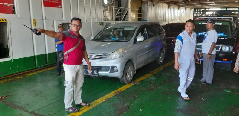 FOTO : Kapolsek Kawasan Pelabuhan IPTU Agung Heru Wibowo, SH, MH Memberikan Penaturan Ketertiban Penumpang, Sabtu (04/01/20)
