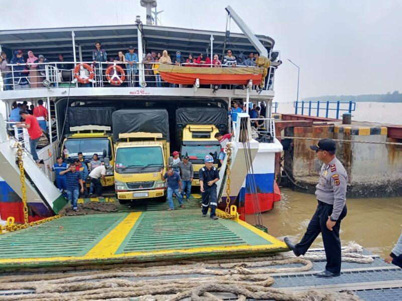 FOTO : KMP. SATRIA PRATAMA dari Pulau Batam ke Kuala Tungkal Membawa 358 orang Penumpang dan 19 unit kendaraan R4 dan R2, Sabtu (04/01/20)