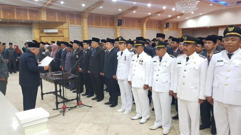 FOTO : Bupati Tanjung Jabung Barat Dr. H. Safrial Saat Mengambil Pelantikan Dua Ratusan Pejabat Eselon II, III dan IV di Aula Balai Pertemuan Kantor Bupati, Senin (06/01/20)