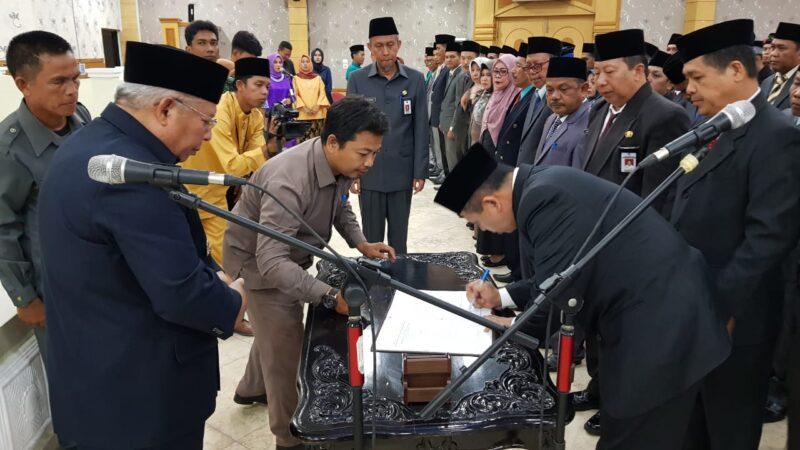 FOTO : Bupati Tanjung Jabung Barat Dr. H. Safrial melantik 4 Pejabat Tingi Pratama di di Aula Balai Pertemuan Kantor Bupati, Senin (06/01/20).
