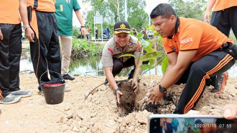 FOTO : Kapolres Tanjab Barat AKBP Guntur Saputro, S.IK, MH Berfoto Bersama Akan Menanam Pohon, Jumat (10/01/20)
