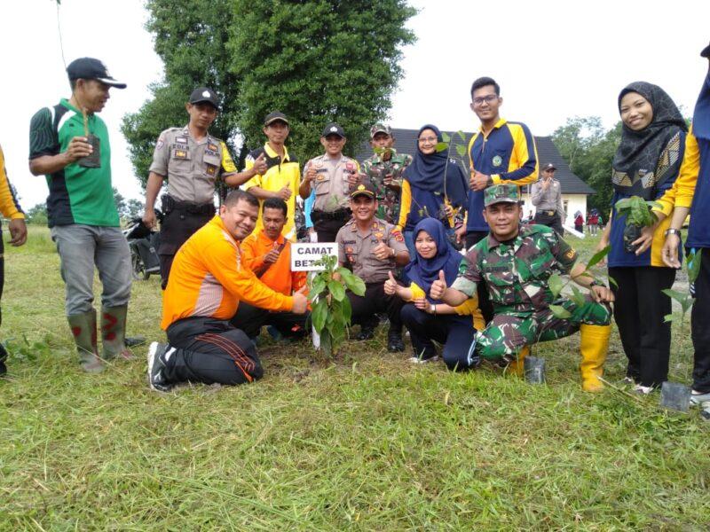 FOTO : Kapolsek Betara IPTU S. Harefa, SE, MM dan Camat Betara Tony Ermawan Putra, S.STP, MS.i Menggelar Penanaman 1000 Pohon, Jumat (10/01/20)