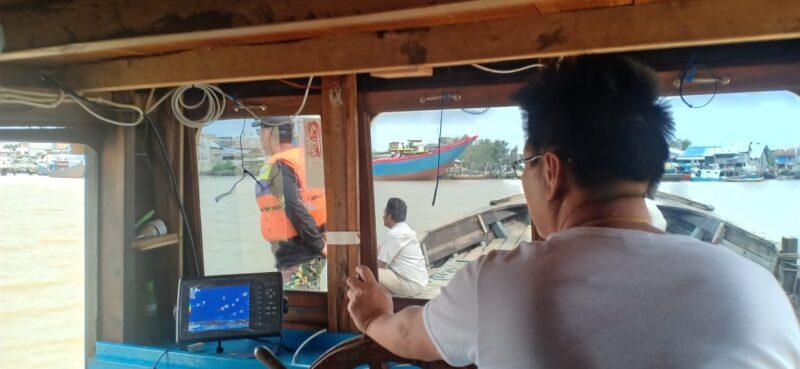 FOTO : Ketua Yayasan Budhi Luhur, Budi Hartono Kusuma Tegah Melakukan Pencarian Menggunakan Kapal sambil mengendalikan Alat Deteksi, Kamis (16/01/20)