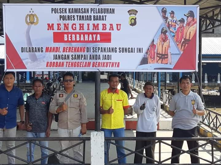 FOTO : Kapolsek Kawasan Pelabuhan (KSKP) IPTU Agung Heru Wibowo, SH, MH dan Anggota Memasang Himbauan, Sabtu (18/01/20)