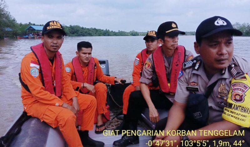 FOTO : Kapolsek Pengabuan IPTU Burnawi Bersama Anggota, Tim Gabungan Basarnas, BPBD dibantu Warga Melakukan Pencarian Korban, Kamis (23/01/20)