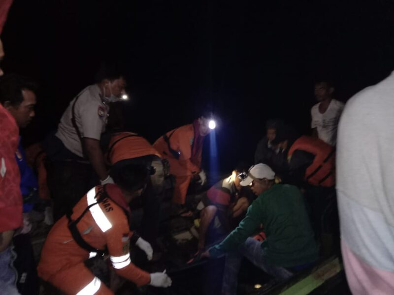 FOTO : Tim SAR Gabungan Dengan Korban yang berhasil ditemukan