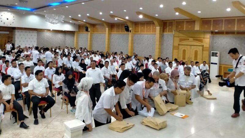 FOTO : Pelaksanaan Tes Tertulis Calon Anggota PPK Kabupaten Tanjung Jabung Barat di Aula Balai Pertemuan Kantor Bupati, Kamis (30/01/20)