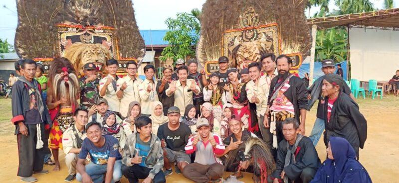 FOTO : Mahasiswa KKN STAI An-Nadwah Posko 19 bersama Warga dan Team Reog Ponorogo dari Purwodadi, Rabu (05/02/20).