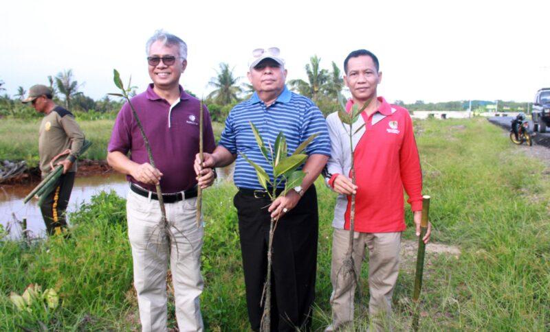 FOTO : Bupati Dr. H. Safrial Memimpin Penanaman Pohon Mangrov Bersama PetroChina Internasional Jabung Ltd dengan lokasi di Simpang Pelabuhan Roro menuju Desa Tungkal I, Jum'at (07/02/20)