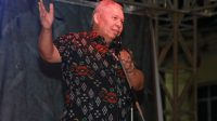FOTO : Bupati Tanjab Barat Dr. H. Safrial bersama Tungkal Guitar Comonity pada Reuni Rock I Era 80, 90 & Sekarang di Alun-alun Kota Kuala Tungkal, Jumat (07/02/20).