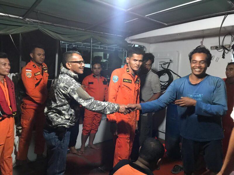 FOTO : Evakuasi Oleh Tim Gabungan Terhadap ABK Kapal Doa Ibu Putra yang Tenggelam di Perairan Tanjab Bara, Jumat (07/02/20)