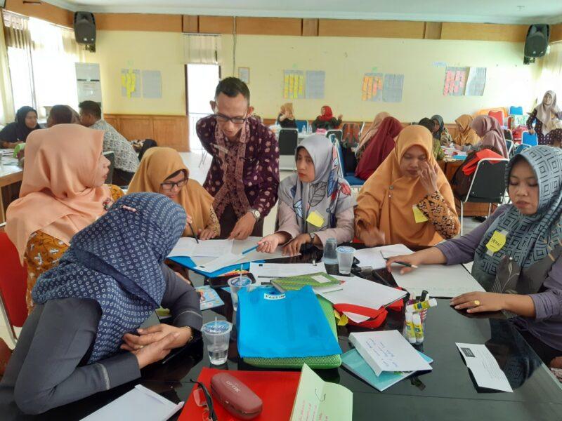 FOTO : Sejumlah Peserta Berdiskusi di Kelompoknya Masing-masing pada Diseminasi Pelatihan Modul asatu Pembelajaran SMP di Batanghari/Dok. Tanoto, Sabtu, (08/02/20).