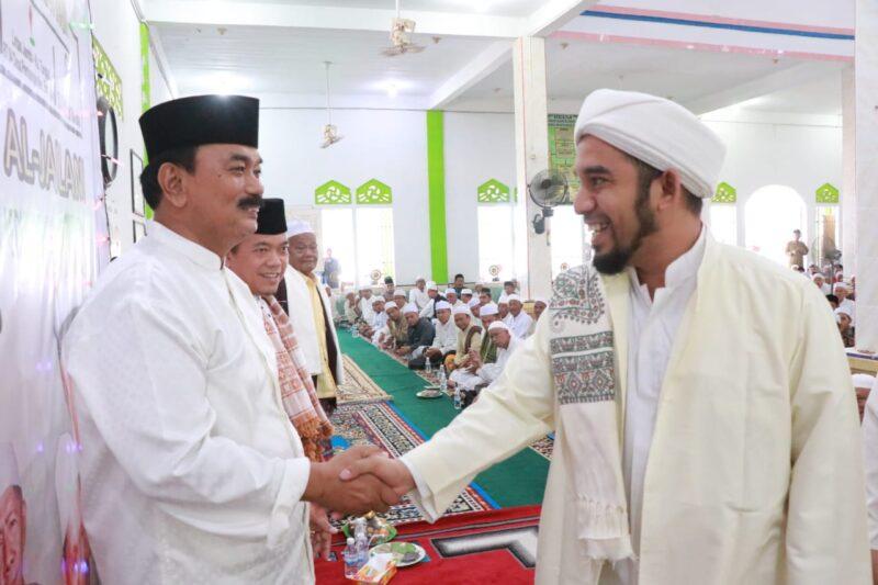 FOTO : Wabup H. Amir Sakib Ketika Bersalaman dengan Habib Muchsin bin Hasan Boufteim di Masjid Raudhatul Muttaqin Desa Pembengis Kecamatan Bram Itam, Minggu (09/02/20)