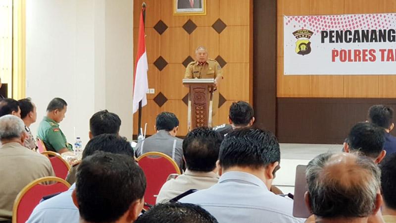 FOTO : Bupati Tanjab Barat Dr. H, Safrial Saat Sambutan pada Acara Pencanangkan Program Pencanangan Zona Integritas (ZI) menuju Wilayah Bebas Korupsi (WBK) dan Wilayah Biroksi Bersih dan Melayani (WBBM) di Mapolres Tanjab Barat, Senin (10/02/20)