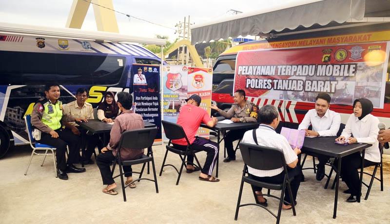 FOTO : Dokumentasi KegiatanSosialisasiPublik dan Pelayanan Masyarakat SPKT Polres Tanjab Baratdidi Alun-alun Kota Kuala Tungkal, Sabtu (15/02/20).