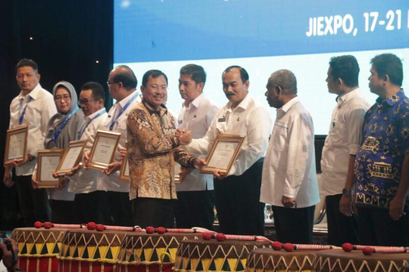 FOTO : Wakil Bupati Drs. H. Amir Sakib Saat Menerima Penghargaan pada Rapat Kerja Kesehatan Nasional (Rakerkesnas) di Jiexpo Jakarta, Rabu (19/02/20).