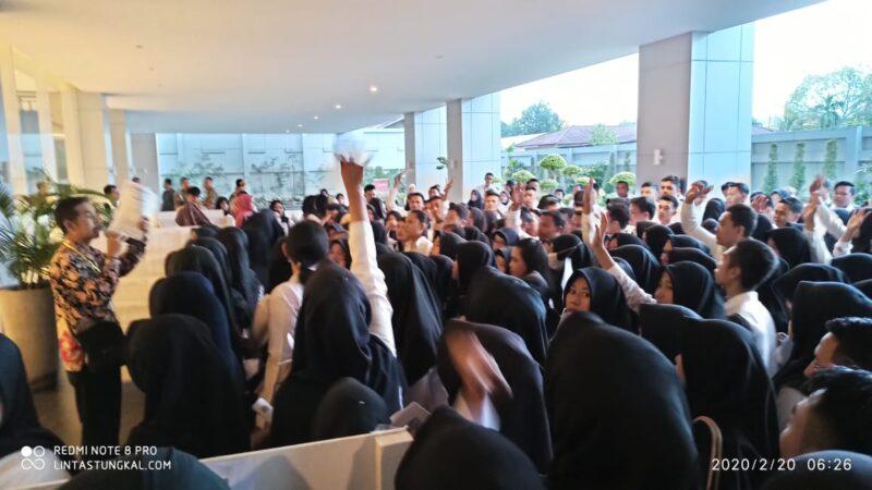 FOTO : Pelaksanaan Tes SKD CPNS Kabupaten Tanjung Jabung pada hari Kedua Di Pintu Masuk BW Luxury Hotel Jambi, Rabu (20/02/20).