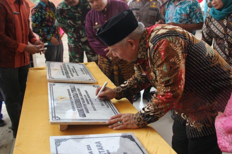 FOTO : Bupati Tanjung Jabung Barat, Dr. Ir. H. Safrial Menandatangani Prasasti Peeresmian Kantor Camat Kecamatabln Betara, Kamis (20/02/20).