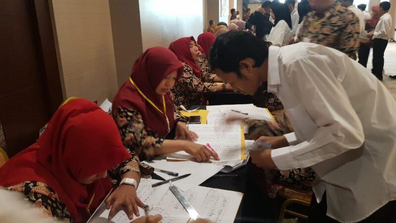 FOTO : Meja Absensi Kehadiran Peserta Tes SKD CPNS Kabupaten Tanjung Jabung pada hari Pertama di Lt. 5 BW Luxury Hotel Jambi, Kamis (20/02/20)