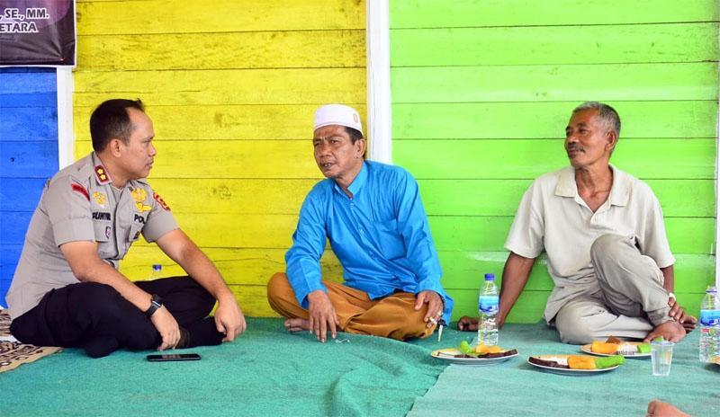 FOTO : Kapolres Tanjab Barat AKBP Guntur Saputro, SIK, MH bersama Warga Rt.09 Desa. Muntialo Kec. Betara Kab. Tanjab Barat, Rabu (26/02/20). Sumbe: Humas Res