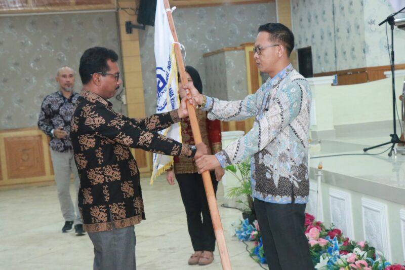 FOTO : Penyerahan Bendara Pataka dari BPD Gapensi Provinsi Jambi kepada Ketua Yerpilih BPC Gapensi Tanjab Barat, Rabu (26/02/20).