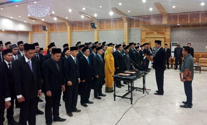 FOTO : Ketua KPU Tanjab Barat Hairuddin, S.Sos Saat Melakukan Pelantikan dan Sumpah Janji 65 Anggota Panitia Pemilihan Kecamatan (PPK) di Gedung Balai Pertemuan, Sabtu (29/02/20).