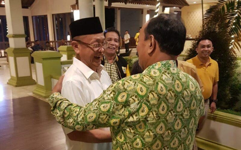 FOTO : Drs. H. Amir Sakib Berjabat Tangan denfan Cek Rnda Memberikan Ucapan Selamat di Hotel RCC Jambi, Sabtu (29/02/20) sore