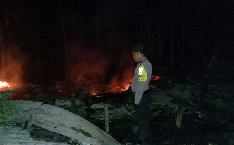 FOTO : Anggota Tengan Berada saat Rumah Korban Yang Terbakar di RT 01, Kelurahan Senyerang, Kecamatan Senyerang, Kabupaten Tanjab Barat, pada Minggu (01/03/20) dinikari 02.15 WIB.